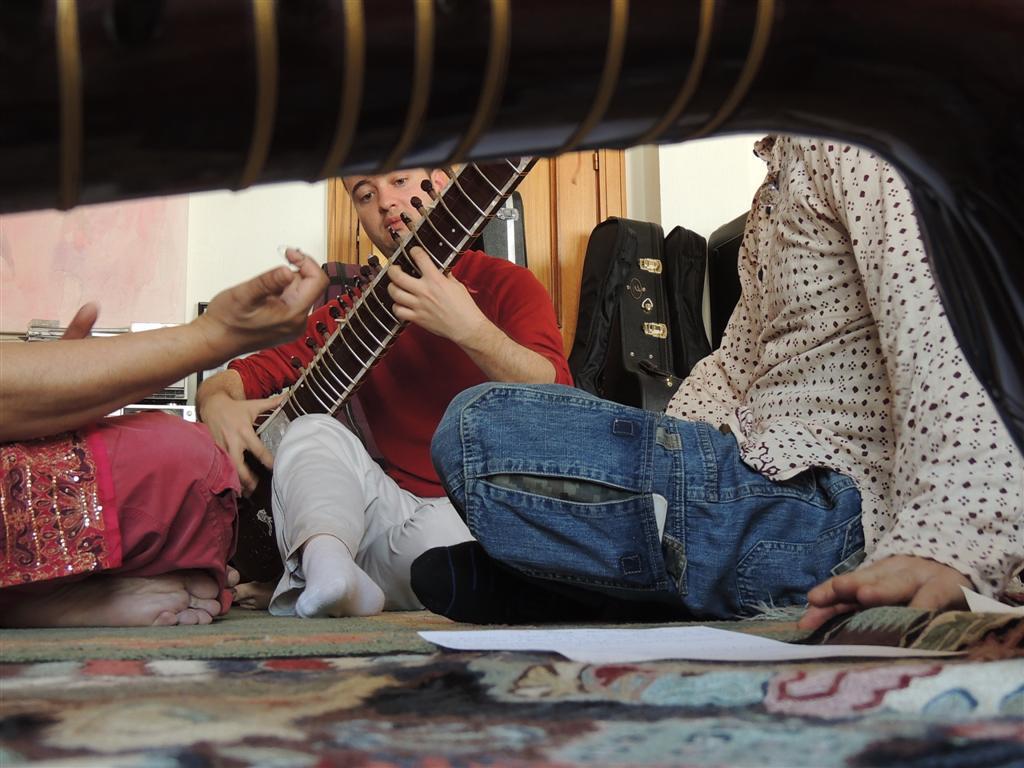 Joan tocando el sitar