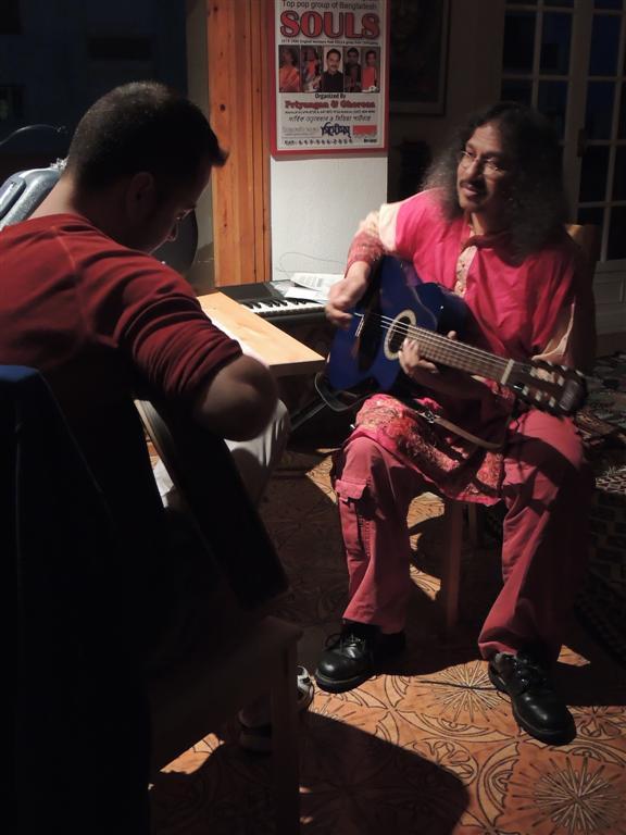aplicación de la música clásica india a la guitarra jazzera...